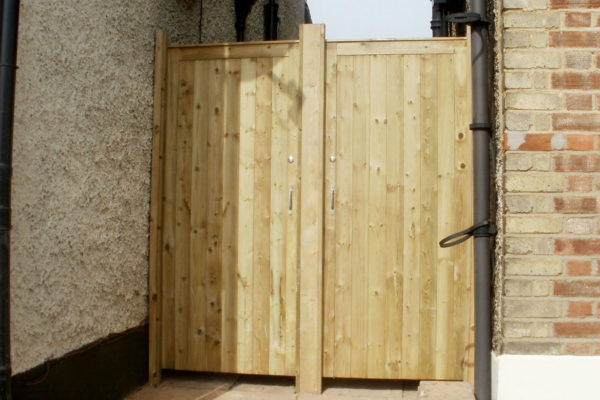 DOUBLE CLOSEBOARD GARDEN GATES FRONT