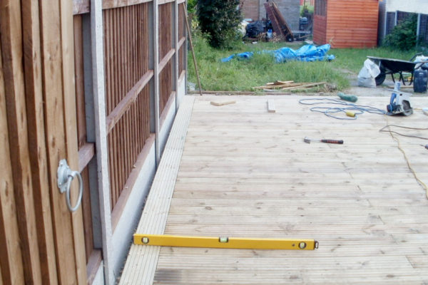 GARDEN DECKING WITH PANEL FENCE