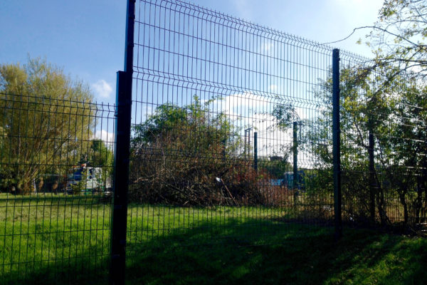 Mesh panel front fence