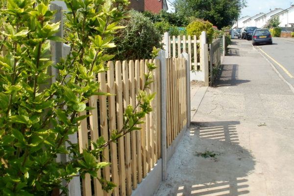 PICKET FENCE WITH GRAVEL SIDE
