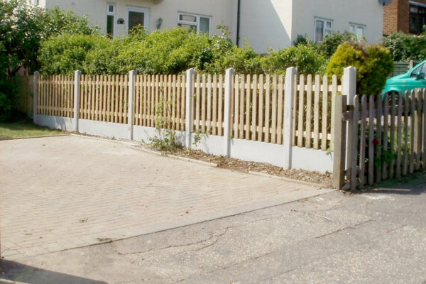 PICKET FENCE WITH GRAVEL FRONT