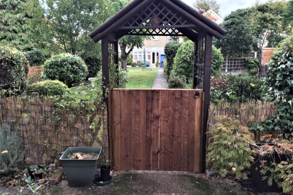 SINGLE CLOSEBOARD GATE FRONT WITH ARCH